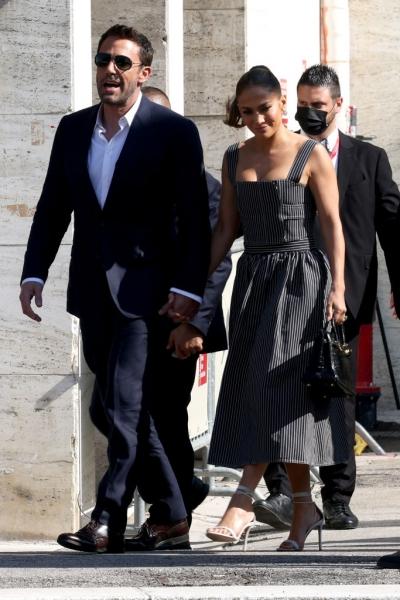 В образе идеальной итальянской подружки: Дженнифер Лопес сопровождает Бена Аффлека в Венеции
