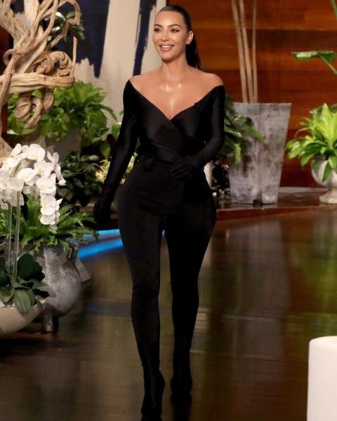 В образе супергероини: Ким Кардашьян на шоу Эллен Дедженерес