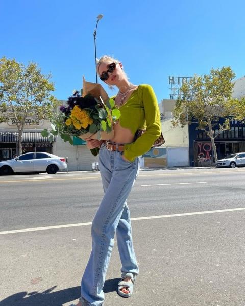 В осеннем сезоне сочетайте объемные джинсы и короткий кардиган, как Эльза Хоск