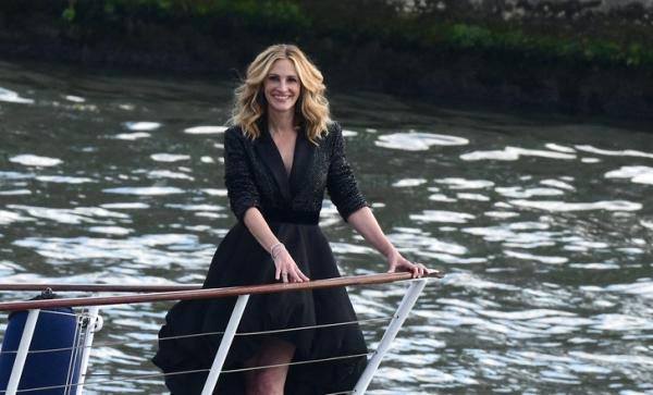 Вместо красной дорожки— верхняя палуба: Джулия Робертс в образе парижанки хвастается своей улыбкой