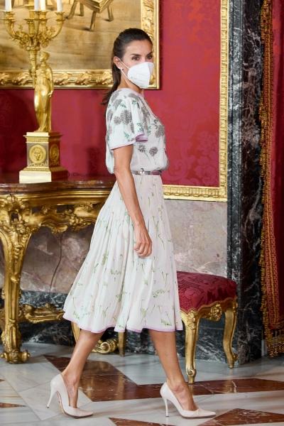 Всего одна деталь в наряде королевы Летиции, которая освежит любой образ