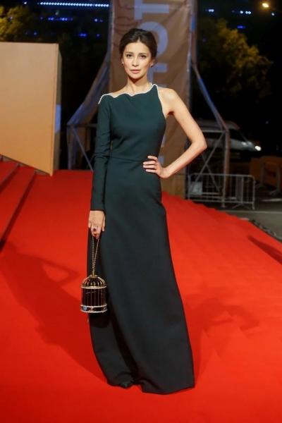 Завораживает: Равшана Куркова в платье с жемчужной отделкой на открытии «Кинотавра»