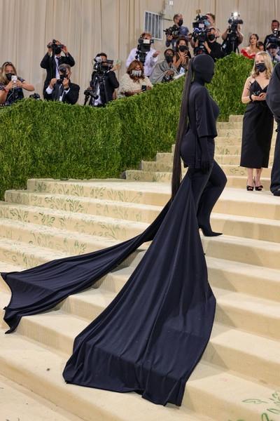 Женщина-призрак: Ким Кардашьян вновь всех напугала (а потом— восхитила). На этот раз на гала-вечере Met Gala