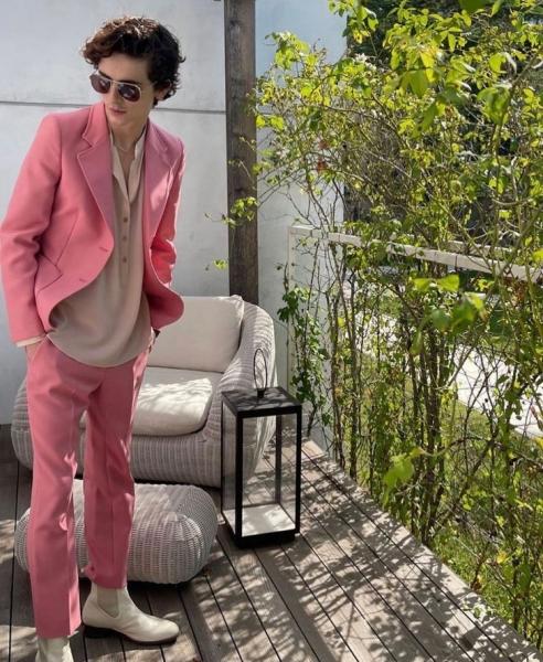 Женский костюм розового цвета, который носит самый желанный мужчина. Тимоти Шаламе против гендерных стереотипов в моде