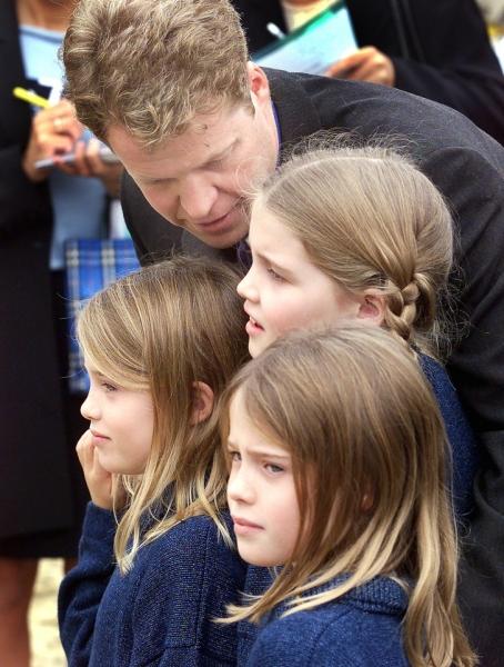 Знакомьтесь! Племянницы-близняшки принцессы Дианы, которые выглядят как куклы, носят королевский титул и бриллианты