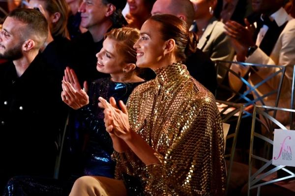 Золотая «кольчуга» и брюки с обратными вырезами: ослепительная Ирина Шейк на премии Fashion Media Awards