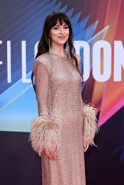 Абсолютно «голое» платье Дакоты Джонсон с кристаллами и манжетами с перьями