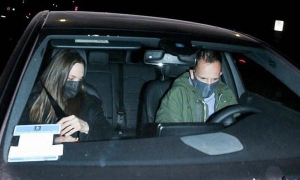 Анджелина Джоли в черном наслаждается романтическим свиданием с бывшим мужем