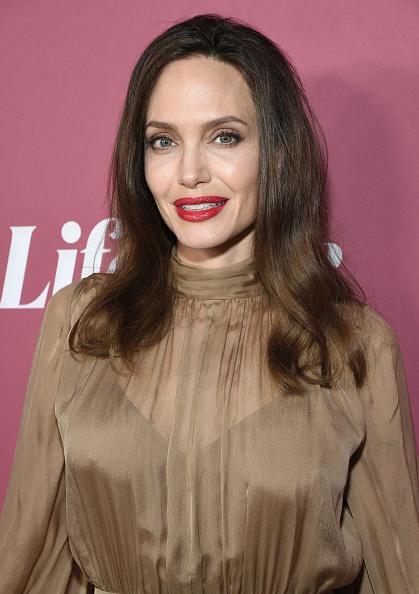 Анджелина Джоли в песочном шелке вышла на красную дорожку с очень особенной женщиной в ее жизни