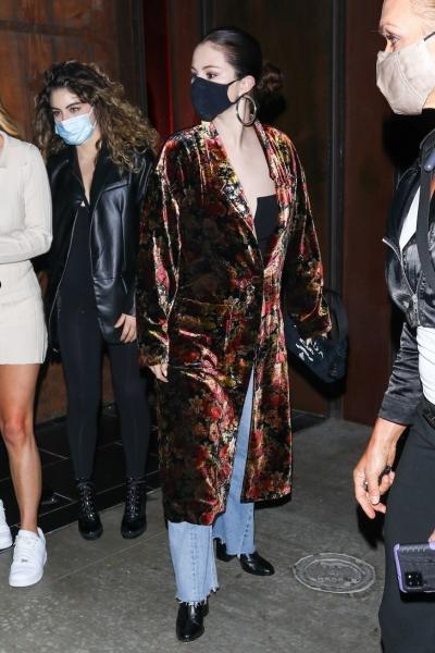 Бархатный халат + голубые джинсы, которые Селена Гомес носит на встречу с друзьями (или все-таки свидание с Крисом Эвансом?)