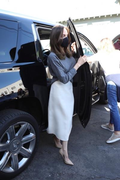 Без сомнения, это самая красивая юбка этой осени. Белая, кашемировая, ее носит Анджелина Джоли