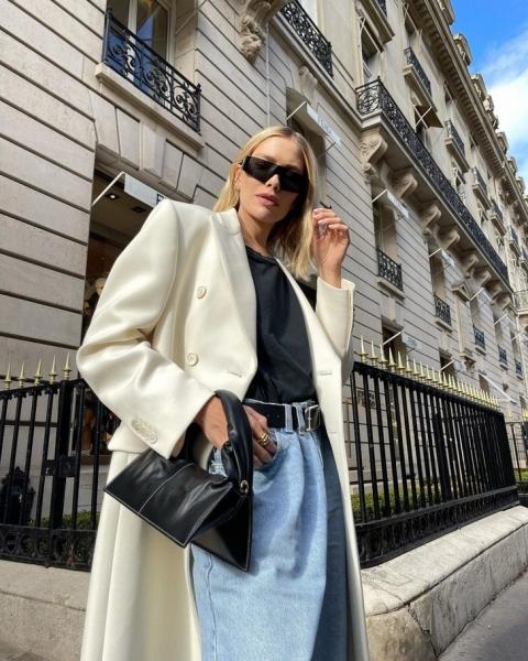 Безупречные джинсы, черная футболка и белое пальто: формула идеального осеннего образа от Лены Перминовой