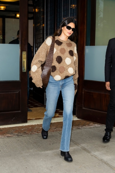 Безупречные джинсы и очень милый свитер: осенний образ Кендалл Дженнер