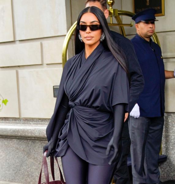 Блестящие и прямые: повторяем самую модную укладку осени 2021, как у Дженнифер Лопес и Ким Кардашьян
