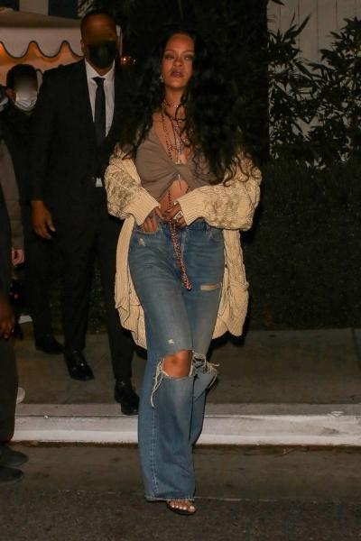 Если и носить рваные джинсы, то так же женственно, как Рианна