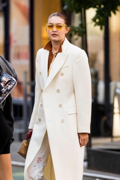 Этой осенью вам точно нужно лаконичное белое пальто, как у Джиджи Хадид