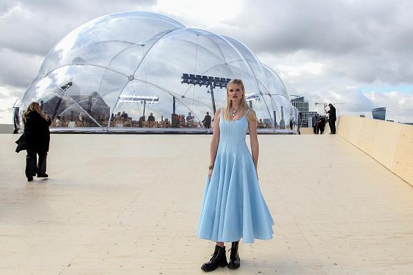 Как сочетать воздушное платье и тяжелые ботинки? Показывает супермодель Лара Стоун