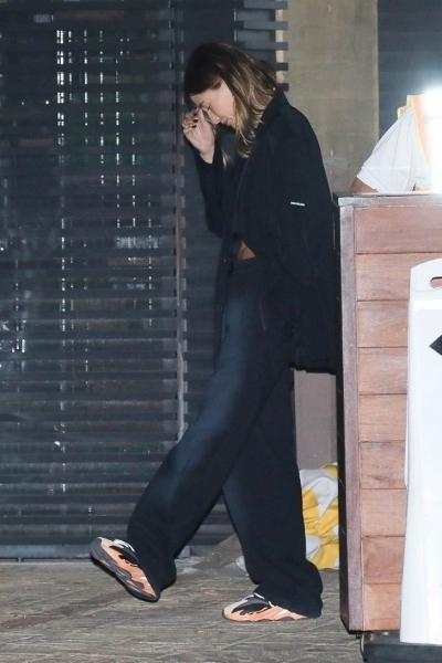 Как выглядят идеальные брюки на осень и с чем их носить: показывает Хейли Бибер