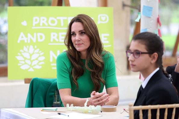 Кейт Миддлтон знает, что главный цвет этой осени— зеленый. Вот ее версия модного тренда