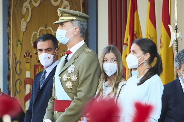 Король Фелипе, королева Летиция и инфанта София на параде и приеме в честь Дня Испанидад