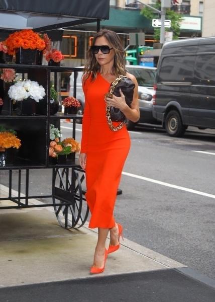 Королева стиля: Виктория Бекхэм показала, какое трикотажное платье стоит добавить в свой гардероб как можно быстрее