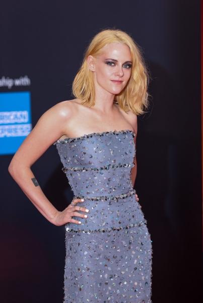 Кристен Стюарт в сверкающем платье Chanel на премьере «Спенсер»