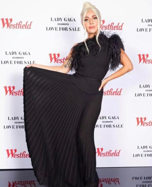 Леди Гага в черном платье, которое визуально скрадывает несколько лишних килограммов