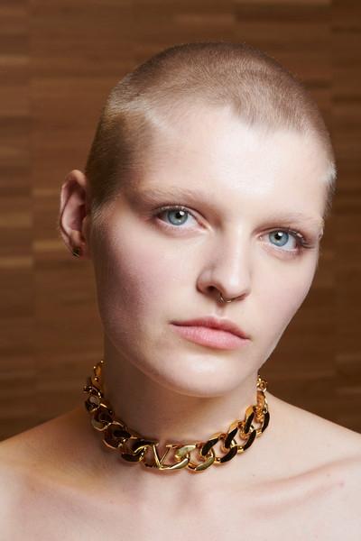 Макияж в стиле девушки Valentino: как выглядят бьюти-образы с показа Valentino Rendez-Vous SS22