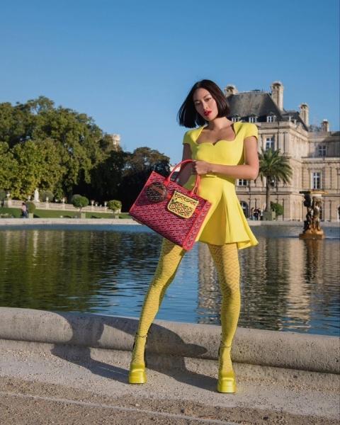Маленькое желтое платье и самые желанные туфли сезона: яркий образ стилиста Тиффани Хсу