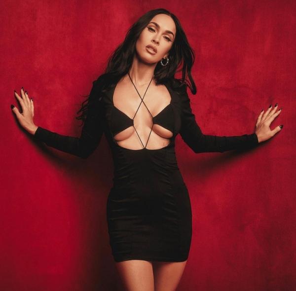 Меган Фокс рассказала, какая вещь на осень в ее гардеробе— самая любимая. И это пальто расцветкой зеброй