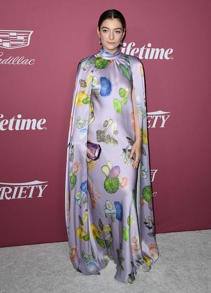 Найдите бледную поганку. Певица Лорд в платье с рисунком галлюциногенных грибов. Оно настолько необычное, что похоже на игру воображения