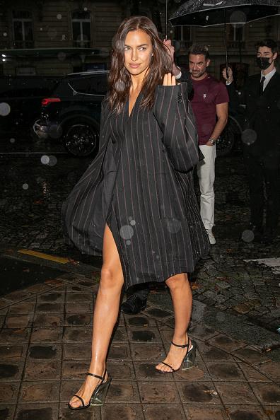 Новый уровень соблазна: Ирина Шейк носит костюмный жилет вместо платья