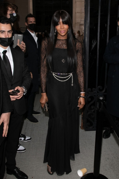Очень густая челка и очень тонкое кружево: Наоми Кэмпбелл на парижской вечеринке