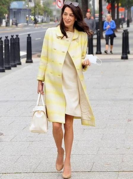 Офисный стиль: желтое пальто и платье-трапеция Амаль Клуни, которые она носит на работу