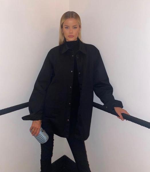 Опять нечего надеть? Черная рубашка + черная водолазка— универсальный ответ на насущный вопрос от Фриды Аасен