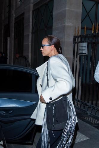 Осеннее вдохновение: Ирина Шейк в белоснежном уличном пиджаке, с гладкой прической и без макияжа