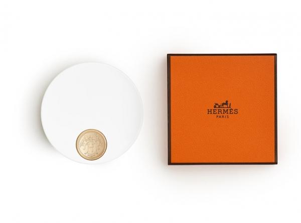 Перламутровая пудра Hermès Beauté, которая эффектно подсвечивает кожу и придает сияние
