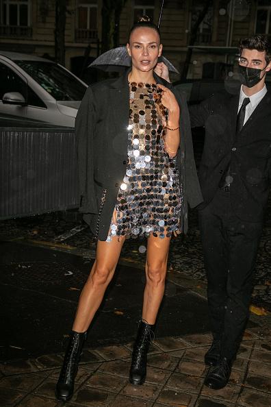 Платье-кольчуга и очень длинные ноги Наташи Поли