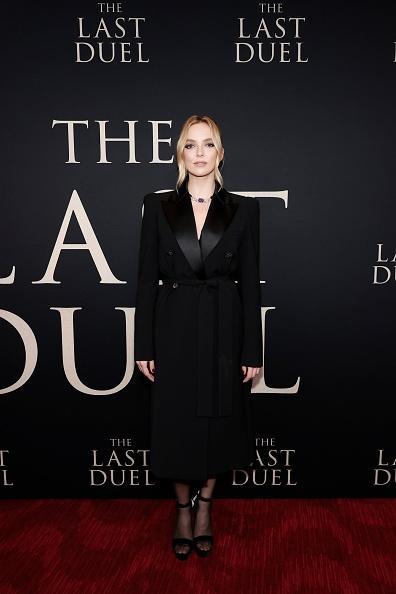 Платье-смокинг Джоди Комер настолько идеальное, что затмило наряд Дженнифер Лопес