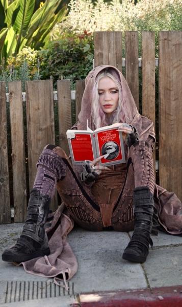 После расставания с самым богатым мужчиной на планете Граймс носит розовый деним и читает «Капитал» Маркса
