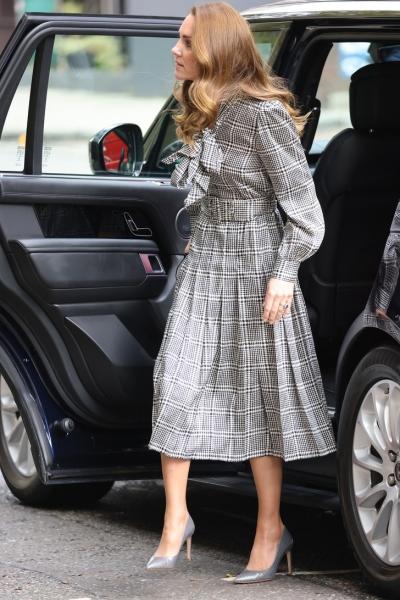 Птичка в клетку: Кейт Миддлтон в безупречном сером платье Zara