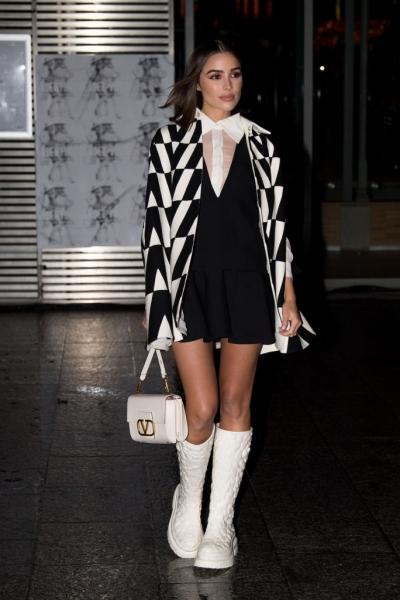 Резиновые сапоги + мини-кейп: «Мисс Вселенная» Оливия Калпо в дождливом Париже
