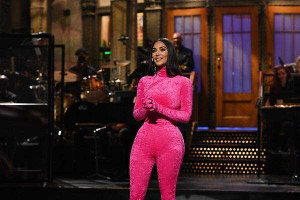 Розовая пантера: Ким Кардашьян сменила 3 hot pink образа ради вечернего шоу SNL