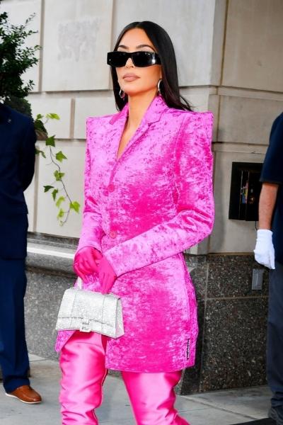 Самый эффектных образ этой недели: Ким Кардашьян в бархатном жакете Balenciaga цвета фуксии, который идеально подчеркивает талию