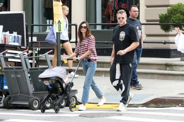Семейный подряд: Эмили Ратаковски, Себастьян Беар-Макклард и малыш Сильвестр на прогулке