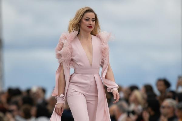 Шик и перья: Эмбер Херд в розовом комбинезоне Elie Saab на шоу L'Oréal