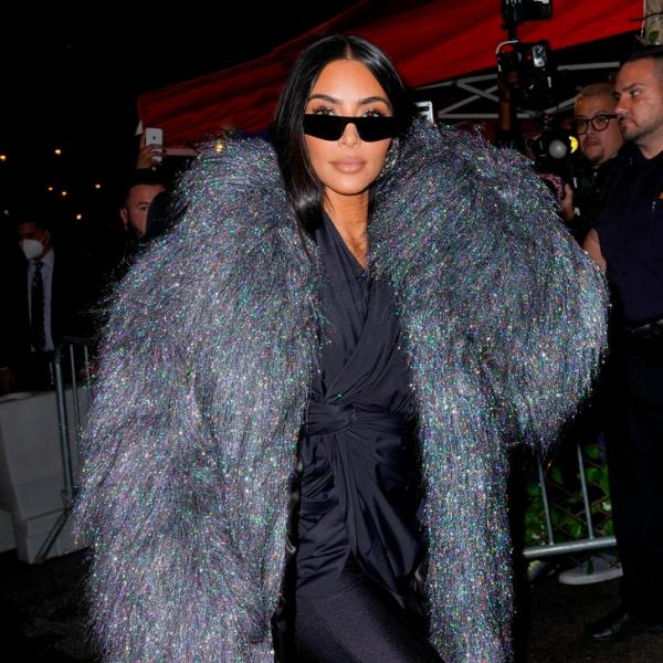 Shine bright: Ким Кардашьян в шубе Balenciaga, которая сверкает ярче бриллианта