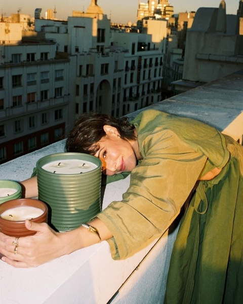 Свеча горела на столе: актрисы из сериала «Бумажный дом» снялись в рекламной кампании роскошных свечей Loewe Perfumes