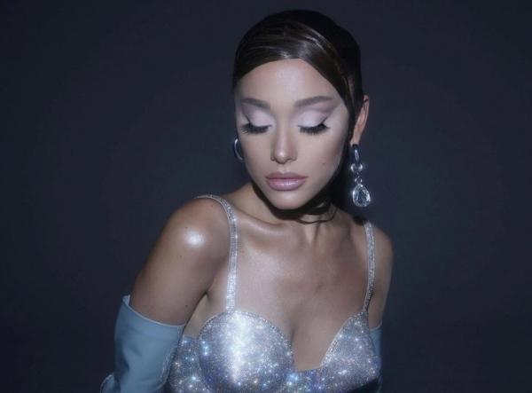 Так выглядит макияж поп-дивы, которая красится косметикой собственного бренда: показывает Ариана Гранде