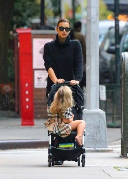 Тотал-блэк— всегда хорошая идея: Ирина Шейк на прогулке с дочерью